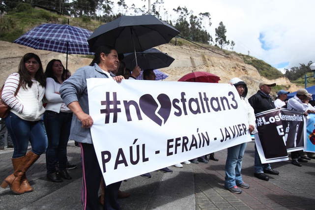 Journalists, authorities and citizens in the province of Carchi march for peace at the border between Ecuador and Colombia. The march took place after the kidnapping and murders of photographer Paúl Rivas, journalist Javier Ortega and their driver, Efraín Segarra.