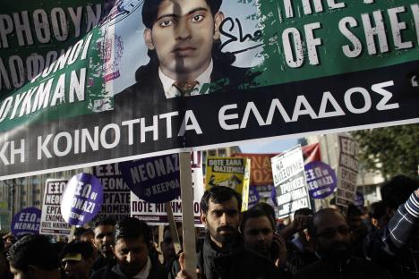Mourners protest against the murder of Shehzad Luqman, a Pakistani immigrant who was killed by suspected extreme rightists, in Athens, 19 January 2013.