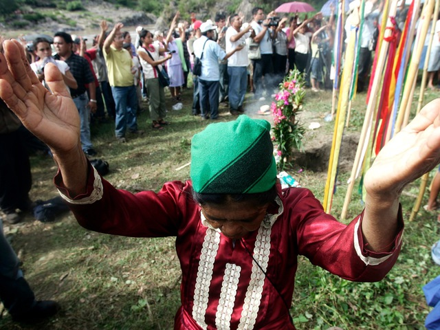 In this 21 October 2006 file photo, a Honduran indigenous woman prays at a ritual for the earth and water during a rally against the planned construction of the El Tigre reservoir, 300 km north of Tegucigalpa