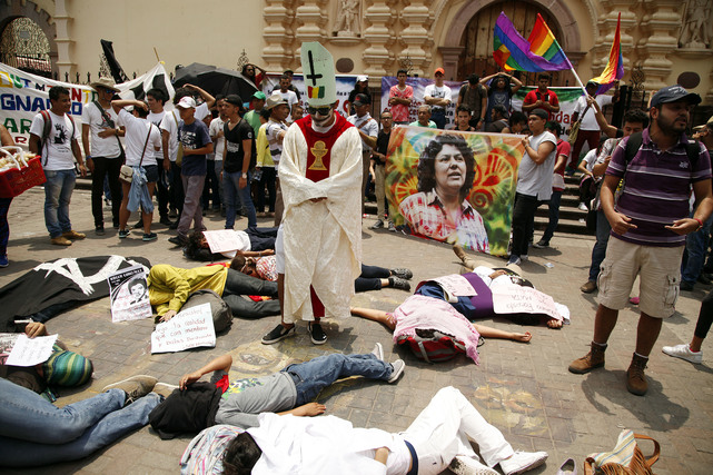 University students protest in front of the Tegucigalpa Cathedral to demand justice for the murder of Berta Cáceres, 1 May 2017