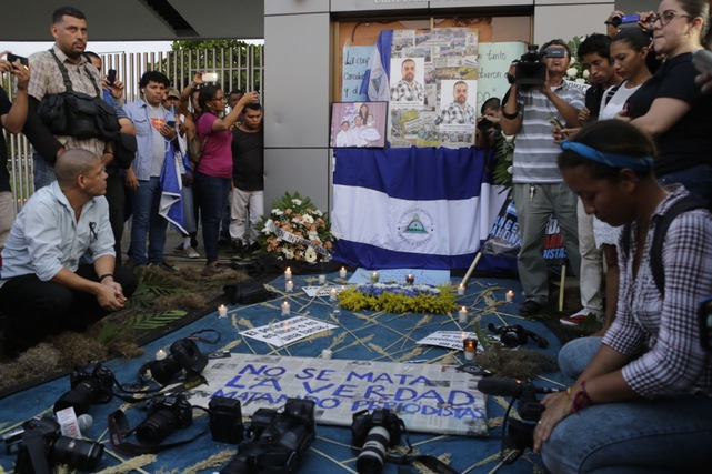 Students and journalists protest in memory of murdered journalist Ángel Eduardo Gahona in front of the Universidad Centroamericana (UCA) in Managua, Nicaragua, 26 April 2018