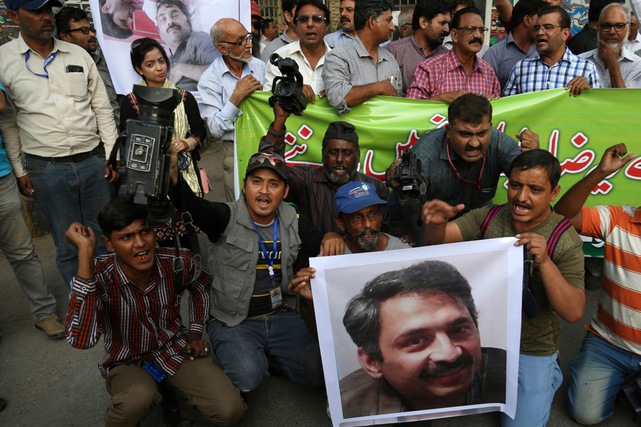 Pakistani journalists holding an image of their colleague, Ahmed Noorani, condemn the attack on Noorani, in Karachi, Pakistan, 30 October 2017